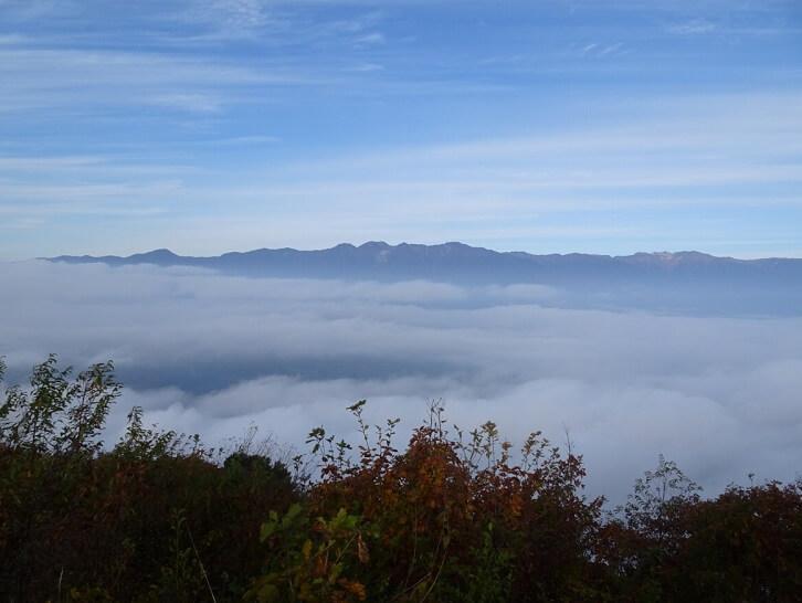 陣馬形山頂上から見る中央アルプス