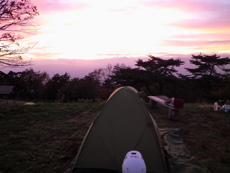 陣馬形山キャンプ場 テント設営