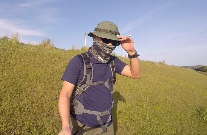 オーバーサングラスと帽子、フェイスマスクで顔の日焼けを防止