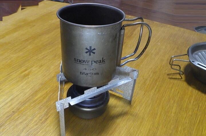セリアの薪ストーブはアルコールストーブの五徳兼風防として使える