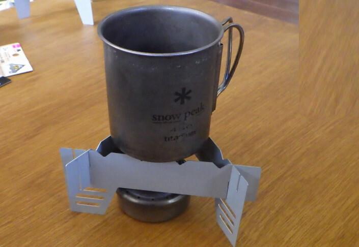 ダイソー五徳にはマグカップを載せることができる