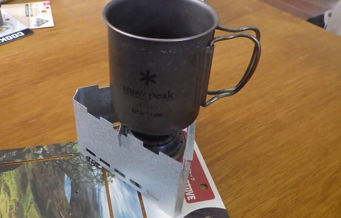 セリアの薪ストーブにマグカップを載せる