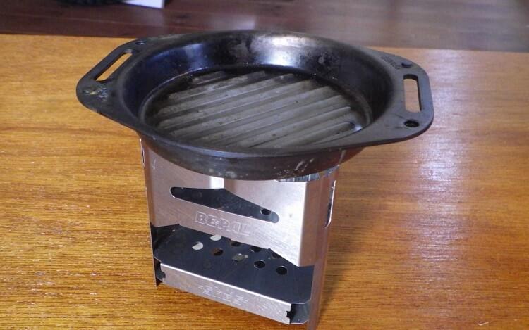 ビーパルのミニ焚き火台とSHO'Sの肉厚グリルパン