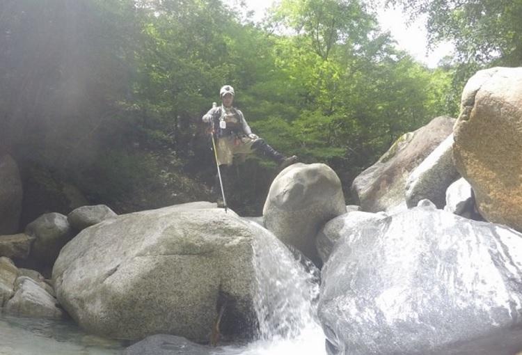 渓流釣りでは岩登りも必要
