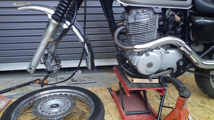 バイクのタイヤ交換の際にはスタンドが必要